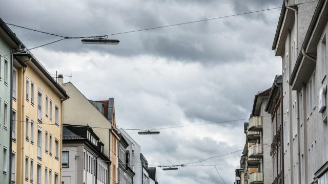 Schmuckfoto München Zentrum. Blick zum Himmel und den Wolken in der Türkenstraße, Häuserschlucht in der Straßenlaternen hängen. Blick vom Arri Kino Richtung Süden