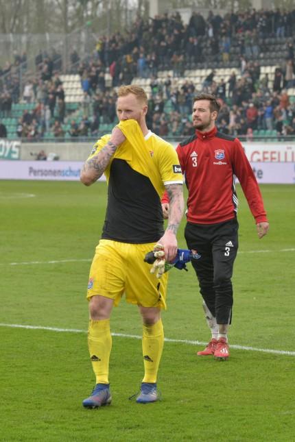Lukas Koenigshofer SpVgg Unterhaching 1 und Thomas Hagn SpVgg Unterhaching 3 auf dem Weg zum Fan; Fußball