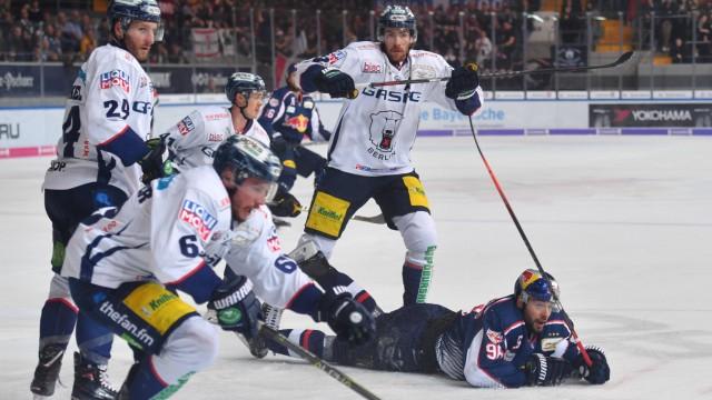 Andreas EDER M liegt auf dem Eis Aktion EHC Red Bull Muenchen Eisbaeren Berlin Eishockey DEL Pl; Eishockey
