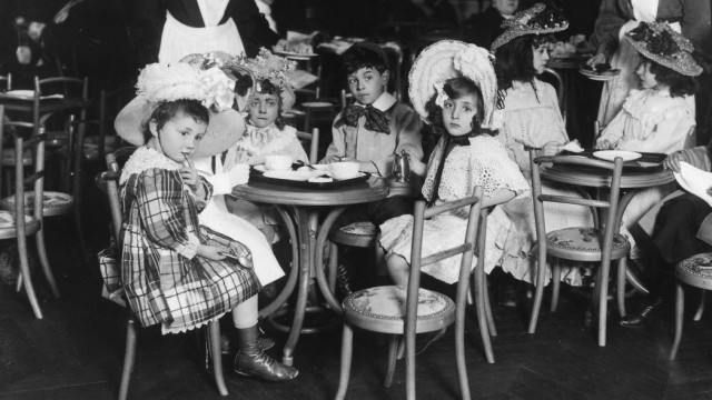 Children in their free time Bourgeois children in a cafe in the 'Casino des Enfants' in Paris - 1904 - Vintage property of ullstein bild