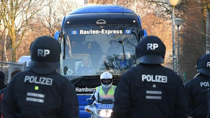 Polizeieinsatz beim Fußball - Teambus des HSV bei der Ankunft in Bremen