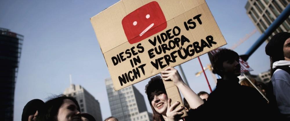 Demonstranten protestieren in Berlin gegen das EU-Urheberrecht und Artikel 13