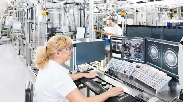 Bosch in Bamberg: Eine Mitarbeiterin überprüft Einspritzventile für Diesel-Motoren