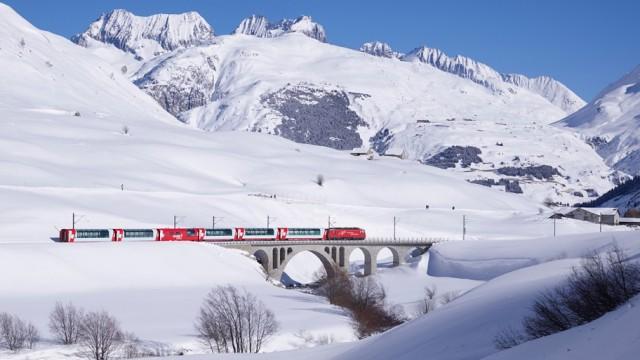 Der Glacier Express fährt zwischen Zermatt und St. Moritz.