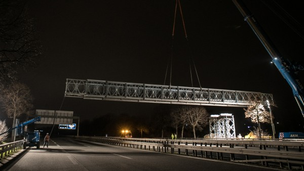 Aufbau Bauma-Brücke über die A94