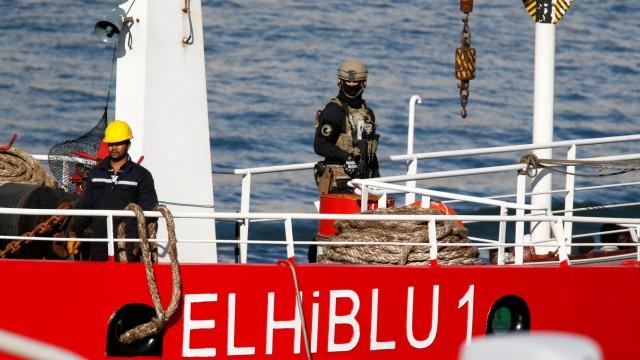 Flüchtlinge im Mittelmeer - Ein maltesischer Soldat auf einem gekaperten Schiff
