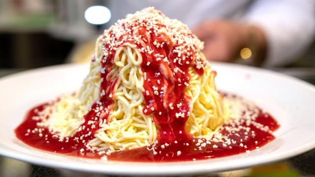 Ein Teller mit Spaghetti Eis im Eiscafe Intermezzo in Mannheim Foto vom 18 02 2019 Erfunden wurde