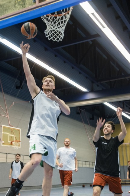 Unterhaching, Turnhalle Gymnasium, Basketball TSV Unterhaching, Herrenteam ist  in die Regionalliga aufgestiegen. Treffen mit der Mannschaft,