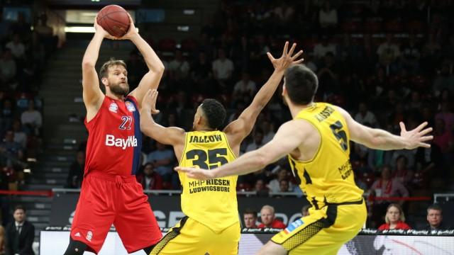 l r im Zweikampf Aktion mit Danilo Barthel 22 FC Bayern Basketball Karim Jallow 35 MHP RIESE