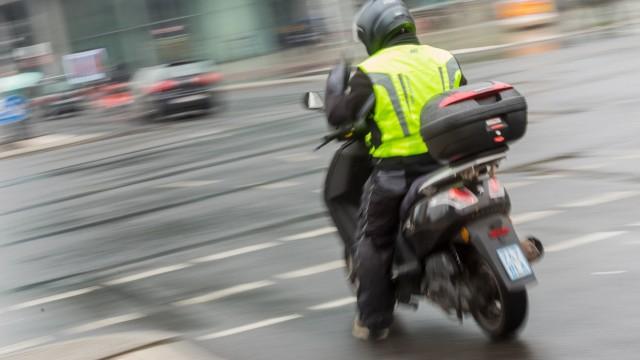 16 04 2018 Berlin Deutschland GER Fahrer eines Motorrollers mit einer Warnweste *** 16 04 2018