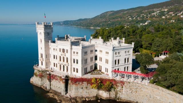 An den Hängen über Schloss Miramare wachsen die Reben für den Prosekar.