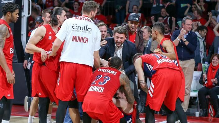 Schlussjubel die Mannschaft liegt am Boden und feiert Petteri Koponen 8 FC Bayern Basketball Ges; Marko Pesic
