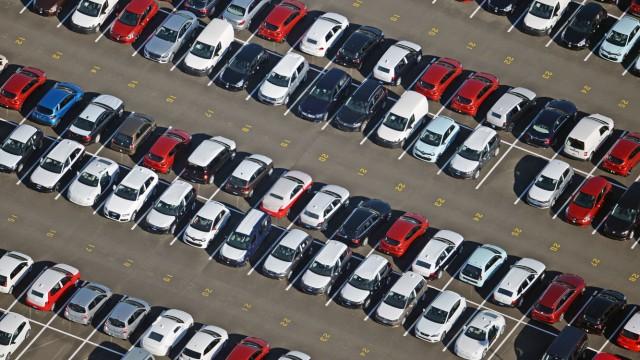 Autos - Neuwagen auf einem Verladeplatz in Brandenburg