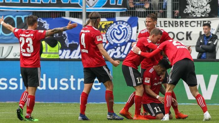 Jubel nach dem Tor zum 1 0 durch 2 v r Dario Lezcano Farina FC Ingolstadt und seinen Mitspieler