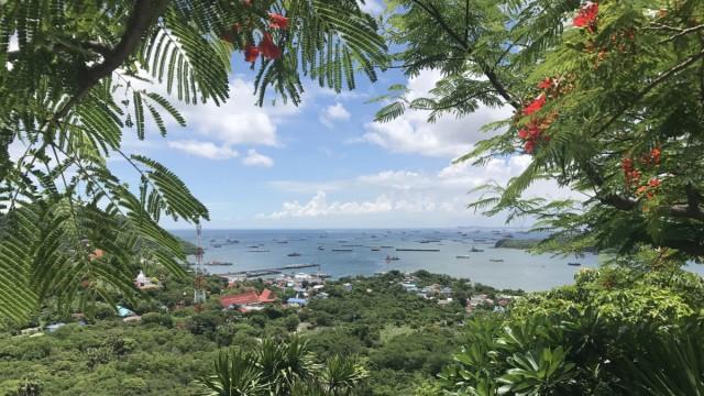 Thailand - Blick auf den Hafen von Ko Si Chang