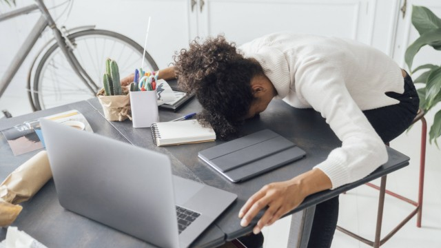 Tired freelancer sleeping on her deak model released Symbolfoto property released PUBLICATIONxINxGER
