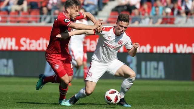 v li Simon Skarlatidis FC Würzburger Kickers im Zweikampf Duell duel tackle mit Moritz Heyer
