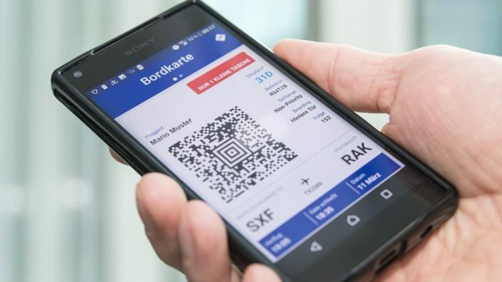 Auf einem Smartphone ist eine Bordkarte gespeichert.