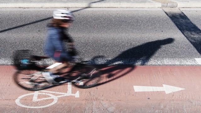 Fahrradfahrer mit Helm auf Fahrradstreifen