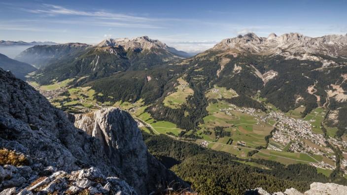Ausblick vom Gipfel der Cima Dodici Sas da le Doudesh im Val San Nicolo im Fassatal hinten der Lat