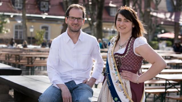 Küchenchef im Gutshof Menterschwaige Christoph Mezger und die bayerische Spargelkönigin Lena Hainzlmair fotografiert im Biergarten