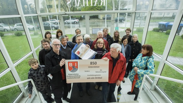Aschheim, Rathaus, die Bürgerinitiative Straßenerschließung Aschheim/Dornach übergibt Unterschriften an Bürgermeister
