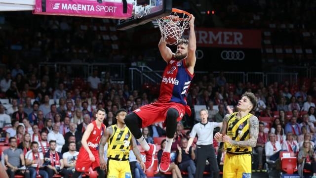 Danilo Barthel 22 FC Bayern Basketball haent nach seinem Dunk am Korb FC Bayern Basketball vs M
