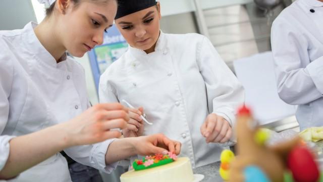 Lisa Springer und Cornelia Revellé verzieren Torten.