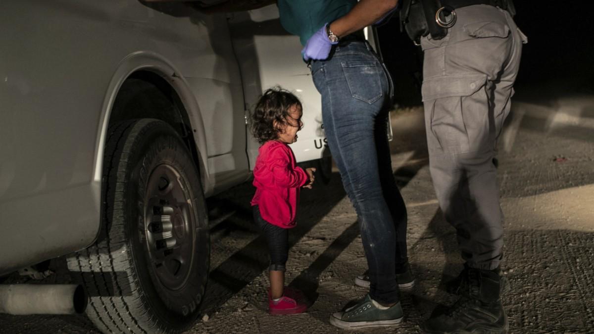 Weinendes Mädchen an der Grenze