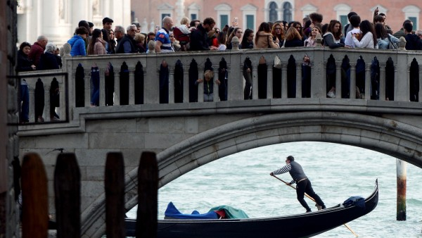 Touristen drängen sich auf einer Brücke in Venedig.
