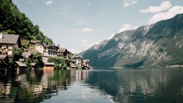 Der Ort Hallstatt liegt in Österreich am Hallstätter See