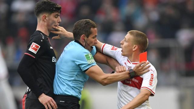 Sport Bilder des Tages Schiedsrichter Tobias Stieler zeigt Santiago Ascacibar VfB Stuttgart rote Kar