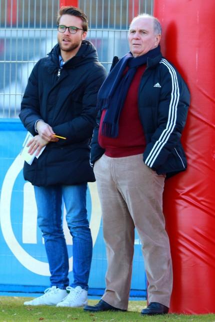Bayern Chefscout Timon Pauls und Präsident Uli Hoeneß verfolgen das Spiel Fussball A Junioren Bu; Fußball