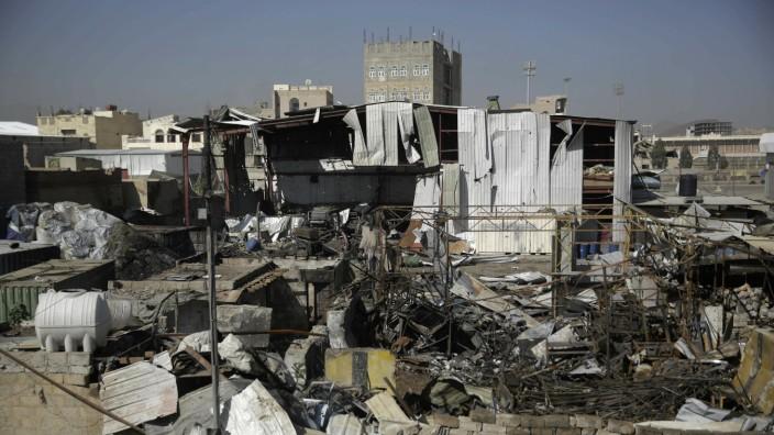 Jemen - Hauptstadt Sanaa nach einem Luftangriff