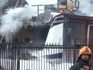Flugzeug stürzt auf Wohnhaus - Mehrere Tote (Vorschaubild)