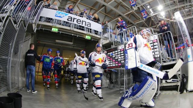 Spieler Muenchen und Mannheim kommen zum aufwaermen in die Halle vor dem Spiel Adler Mannheim gegen; Eishockey