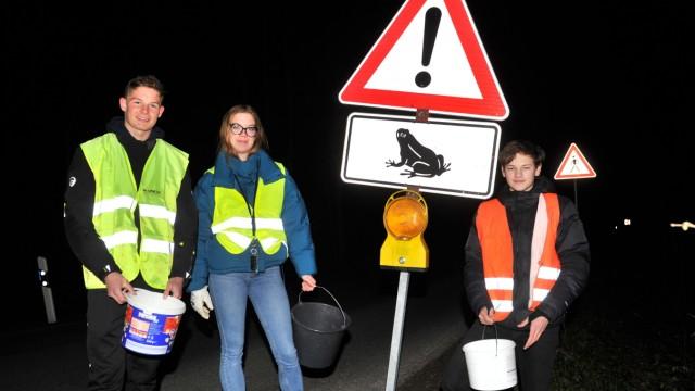 Gut Hüll: Cosima, Valentin und Jannik bei ihrer täglichen  Krötensammelaktion