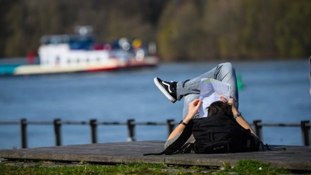 Lesen am Rheinufer