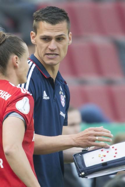 Trainer Thomas Woerle FC Bayern gibt Simone Laudehr FC Bayern 21 vor ihrer Einwechslung letzte; Thomas Wörle - FC Bayern Frauen