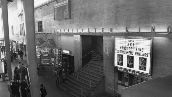 Aki Kino in Hauptbahnhof in München, 1990