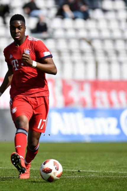 Maxime Awoudja Bayern München FCB 17 Freisteller Ganzkörper Einzelbild Aktion Action Fussba