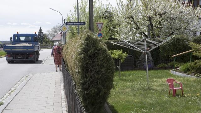 Gernlinden, Fotos der Brucker Straße, Höhe Antonia-Wörner-Straße mit Wiese