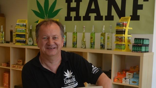 Wenzel Cerveny in seinem Hanf-Laden