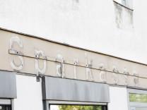 Schliessung von Bankfilialen 10 08 2018 Berlin GER Entfernter Schriftzug einer ehemaligen Filial