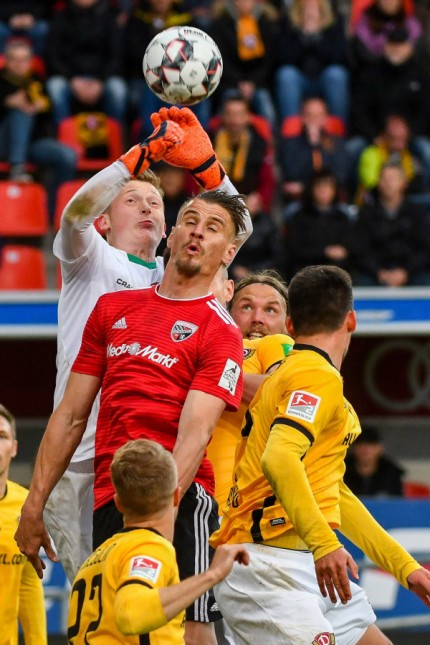 Stefan Kutschke Nr 20 FC Ingolstadt 04 beim Kopfballduel mit Torwart Markus Schubert Dynamo Dre