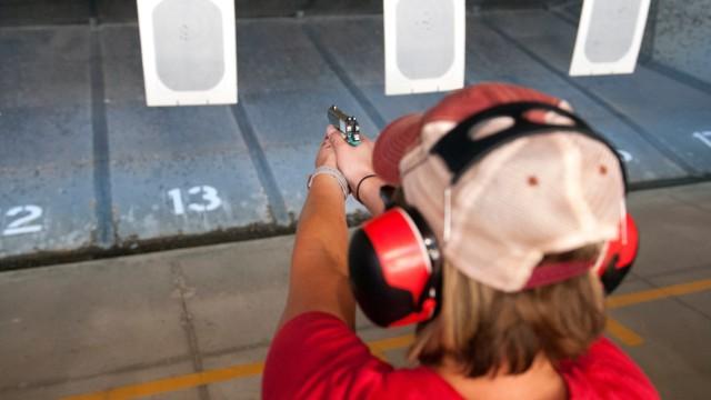 USA - Schulangestellte beim Schießtraining in Colorado