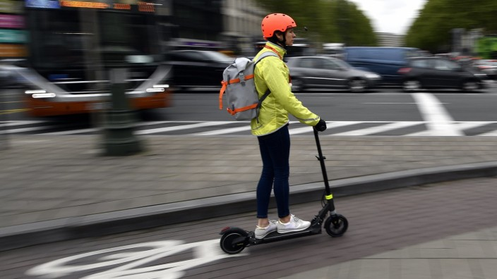 E-Scooter - Ein Elektro-Roller auf einem Fahrradweg