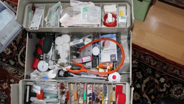 Bodo Ermoneit, Allgemeinmediziner Bad Heilbrunn, teils mit Patienten (anonym)