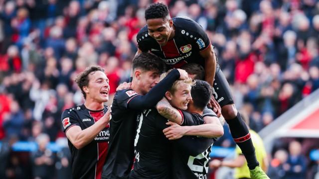 Julian Brandt Bayer 04 Leverkusen jubelt nach seinem Tor zum 2 0 mit der Mannschaft DFL regulat