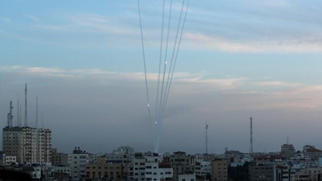 Gazastreifen - Palästinenser feuern Raketen aus Gaza auf Israel
